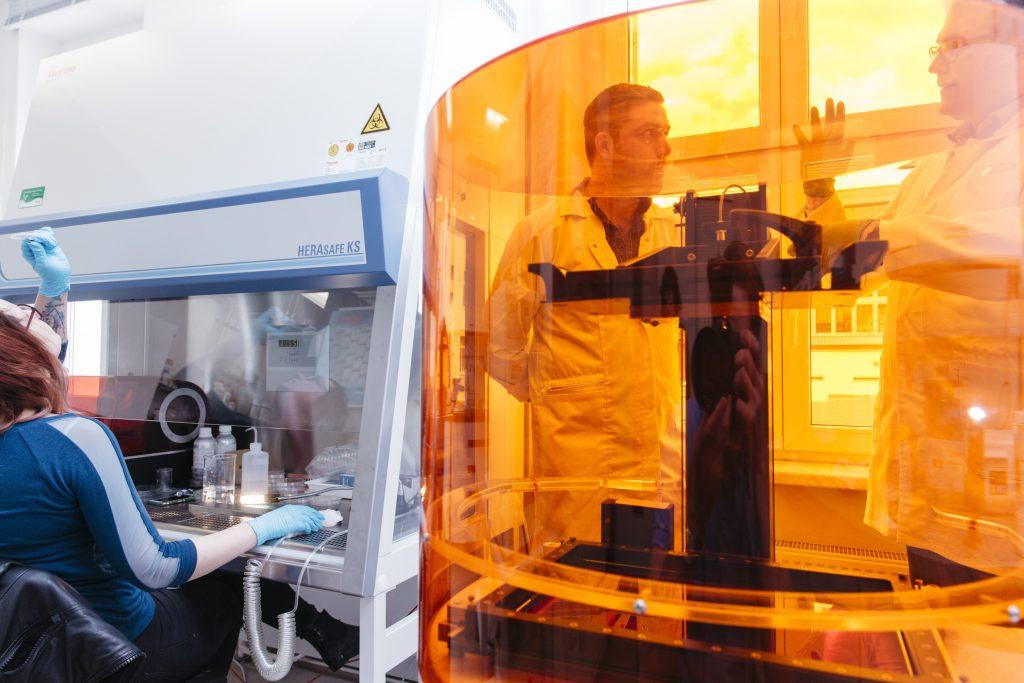 Dr. Julian Thiele in his lab at Leibniz IPF Dresden